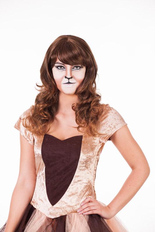 Löwe schminken - Perücke aufsetzen