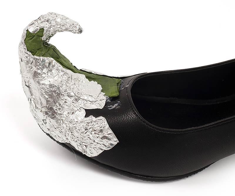 Hexenschuhe zu Halloween selber machen - Schuhspitzen am Schuh befestigen