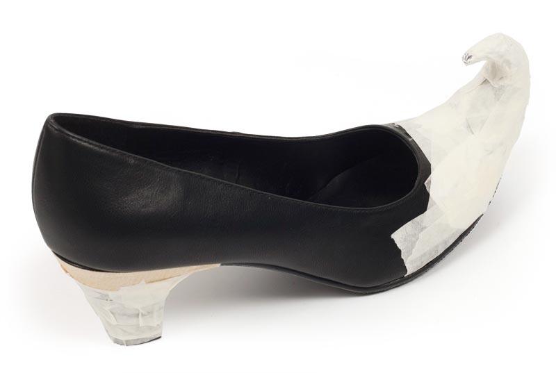 Hexenschuhe zu Halloween selber machen - Schuh mit Malerkrepp abkleben