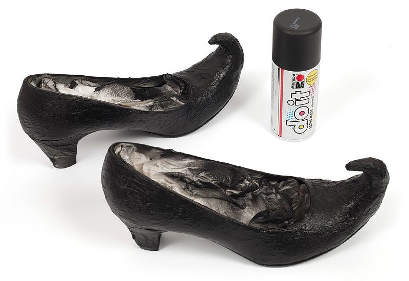 Hexenschuhe zu Halloween selber machen - Schuh mit Spraydose lackieren