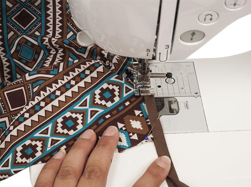 Indianer Kostüm - Poncho nähen - Schrägband feststecken